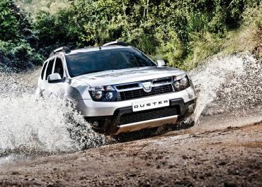 Vit Dacia Duster kör i terrängen